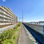 旧江戸川沿いのリバーサイドマンション。堤防でお散歩やジョギングをしてはいかがでしょうか。(周辺)