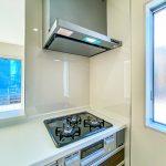 キッチンコンロの横には窓があり、換気がしやすい造りになっています。(キッチン)