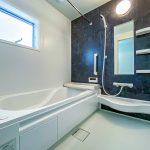 雨の日には乾燥機を利用して洗濯物を浴室に干すことができます。(風呂)