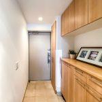玄関にはたっぷりと仕舞える収納棚があります。(玄関)