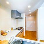 キッチンの背面には食器棚を置くスペースがあります。(キッチン)
