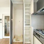キッチン横には収納できる洗濯機スペースを配置しました。すっきりした家事動線になっています。(内装)