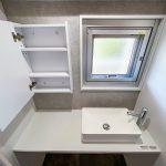 洗面室には窓があります。洗面台鏡の中は収納になっています。(内装)