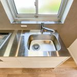 すっきりと使えるステンレスのキッチン。キッチン水栓は浄水器一体型です。(キッチン)