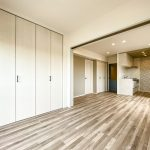 洋室2とリビングの間には可動間仕切りがあります。リビングの延長としても居室としてもご利用いただます。(寝室)
