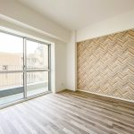 洋室1は約4.4帖のスペースがあります。壁面には印象的なアクセントクロスを採用しました。(寝室)