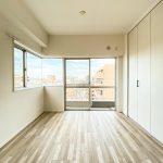 洋室2は約4.9帖のスペースがあります。バルコニーに面した明るいお部屋です。(寝室)
