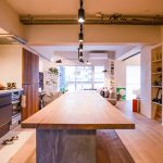 家族が集まるLDKに5m超の長テーブルを置いてお住まいになっています。(キッチン)