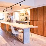 床は無垢材、壁は漆喰と天然素材を使用しています。木の温かみを感じる室内です。(居間)