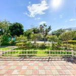 お庭の前面は公園と広場で圧迫感がなく、青空と木々の緑に囲まれた気持ちのよい空間が広がります。