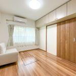 1階洋室6帖。吊戸棚、床下収納、クローゼットと収納が充実したお部屋です。(寝室)
