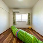 2階洋室2。子ども部屋にいかがでしょうか。室内に出っ張りがなく家具の配置がしやすいお部屋です。(寝室)