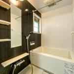 浴室の上部にはランドリーパイプが付いています。雨の日でも洗濯物を乾燥機で乾かすことができます。(風呂)