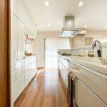 キッチンの背面にはたっぷりと仕舞えるシステム収納が設置されています。(キッチン)