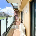 5階バルコニーの上部はガラスひさしになっており、陽の光がたっぷりと差し込みます。