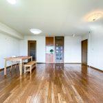 可動間仕切りを外すと家具の配置がしやすい正方形に近いリビングになりました。(居間)