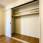 洋室4.5帖にはたっぷりと収納できるクローゼットがあります。(寝室)