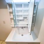 すっきりと利用できる三面鏡収納一体型洗面化粧台。(内装)