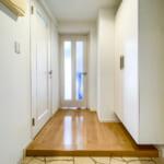 玄関にはたっぷりと収納できる玄関収納があります。(玄関)