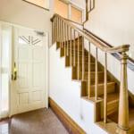 吹抜と一体になった開放的な階段。(内装)