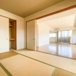 リビングと一体の空間としても個室としても利用できる和室。(内装)