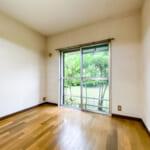 1階洋室。窓には雨戸が付いています。(寝室)