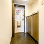 上部カウンタータイプの玄関収納付き。(玄関)