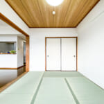 和室にはたっぷりと収納できる押入れがあります。(寝室)
