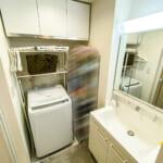 三面鏡収納付き洗面化粧台。洗濯機置場の上には収納棚があります。(内装)