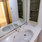 鏡が大きくすっきりと利用できる洗面化粧台。(内装)