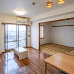 LDKは広々15.1帖。隣接した和室と合わせて21.1帖の大空間としてもご利用いただけます。(居間)