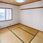 リビングに隣接した和室6帖。たっぷりと収納できる押入れがあります。(寝室)