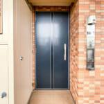 玄関扉は開閉音が静かな特定防火設備ドア。地震の際の開閉機能も確保されています。(玄関)
