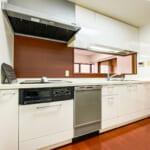 キッチンコンロはIHクッキングヒーター。食洗機、ビルトイン浄水器が付いたキッチンです。(キッチン)