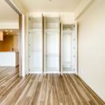 洋室3にはたっぷりと収納できるシステム収納があります。(寝室)