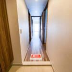 玄関の床はタイル貼り。たっぷりと収納できるトール型の玄関収納があります。(玄関)