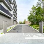 ザ・パークハウスオイコス新浦安の駐車場の入口にはチェーンゲートがあります。(周辺)