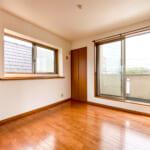 バルコニーに面した3階洋室C。多目的に利用できる出窓カウンターもあります。(寝室)