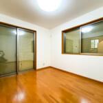 1階洋室A。窓にはシャッター雨戸が付いています。(寝室)