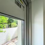 窓は複層ガラスのサッシに交換されています。(内装)