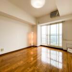 西側バルコニーに面した洋室6.5帖。窓にはインナーサッシが施工されています。(寝室)
