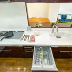 タッチレス水栓、食洗機、IHクッキングヒーターなど設備が充実しています。(キッチン)