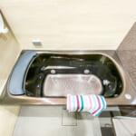 水流でからだを温める楽湯搭載。照明の調光機能も利用して、くつろぎの時間を過ごしてはいかがでしょうか。(風呂)
