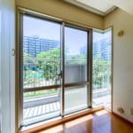 南側バルコニーに面した洋室2の窓は開放的なコーナーウィンドーになっております。(寝室)