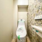 洗浄便座一体型トイレ。トイレの上部には収納棚を設置しました。(内装)