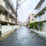 前面道路。市川市福栄は一戸建てや賃貸住宅が混在している住宅街です。(周辺)