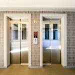 エレベーターは2基あるので、比較的スムーズに昇降ができます。(周辺)
